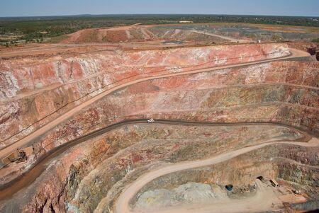 strata: grande miniera di rame tagliato a Cobar con auto per il dimensionamento