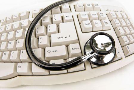 computer problems: Tecnologia medica o di problemi del computer stetoscopio e la tastiera su bianco