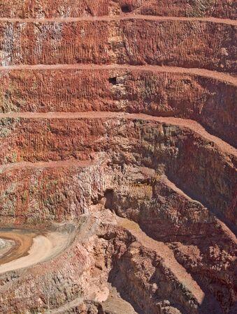 strata: molto profonda miniera con strati negli strati di roccia
