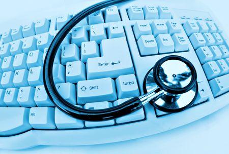 computer problems: della tecnologia medica o stetoscopio avere problemi con il computer e la tastiera a clinica blu  Archivio Fotografico