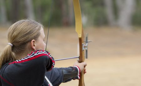 boogschutter: groot beeld van een tienermeisje doen boogschieten Stockfoto