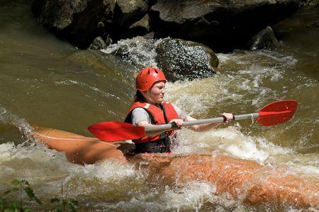 canoa: gran imagen de un adolescente blanco kayak de agua chica Foto de archivo
