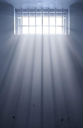 cellule prison: une cellule de prison froid avec soleil par la fen�tre