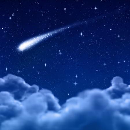 tiro al blanco: cometa o una estrella fugaz en el cielo de espacio o de la noche a trav�s de las nubes