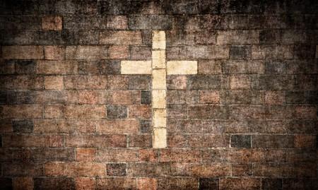 grunge cross: grande immagine di una croce cristiana in un muro di mattoni