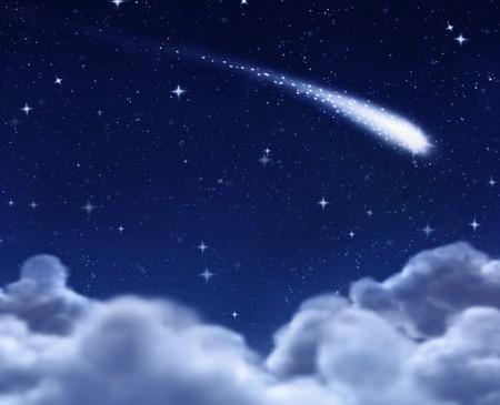 sterrenhemel: Shooting star in de ruimte door de wolken