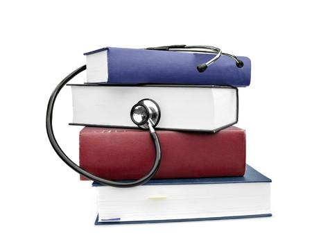 stetoscoop: geneeskunde en gezondheid boeken met stethoscoop geïsoleerd op wit