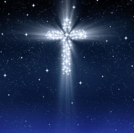 cruz cristiana: brillante christian Cruz en el cielo estrellado en Navidad Foto de archivo