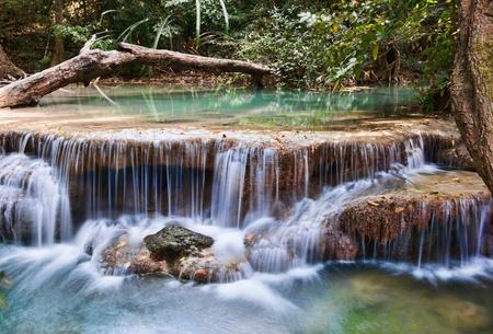 flowing river: cascada hermosa cascadas en erawan kanachanburi Tailandia