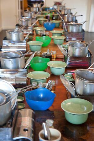 utensilios de cocina: utensilios de cocina en la larga mesa