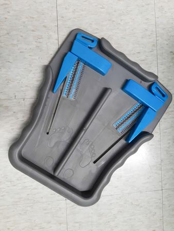 Foot measure tool - feet of customer in measure shoe size. Standard-Bild - 122132272