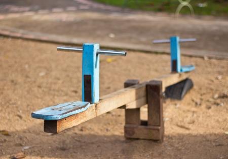 Oude houten zie zag in de speeltuin Stockfoto