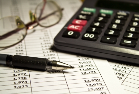 電卓: メガネ、電卓、金融紙にペン 写真素材