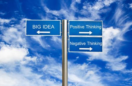 negative thinking: Grande id�e, la pens�e positive, le concept de la pens�e n�gative sur le signe route avec fond de ciel bleu Banque d'images