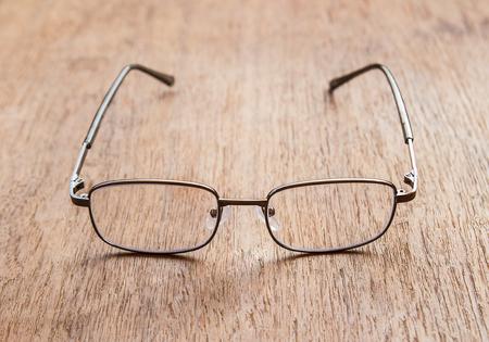 Glazen lezen op een houten vloer. Ondiepe diepte van gebied