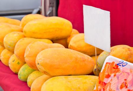 Biologisch geteelde papaja's worden verkocht tegen een openlucht markt