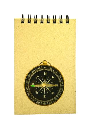 compas de dibujo: Libreta de papel reciclado y bolsillo brújula aislado en blanco Foto de archivo