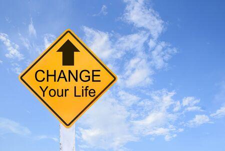 peligro: Amarillo texto se�al de tr�fico para cambiar tu vida en el fondo de cielo azul