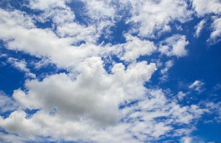 cielo azul: Cielo azul de fondo con una pequeña nubes