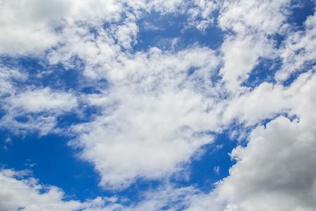 Blauer Himmel Hintergrund mit einem kleinen Wolken Standard-Bild - 48551599