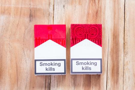 Phare, THAILAND - 9 maart, 2016. pakje Marlboro sigaretten op houten tafel, gemaakt door Philip Morris. Marlboro is het meest verkochte merk van sigaretten in de wereld.