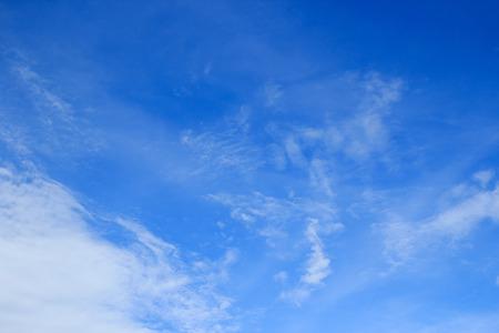 白い雲と青い空の背景。空間デザインとテンプレートの入力テキスト メッセージのためのスペース 写真素材