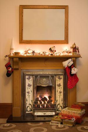 chemin�e gaz: Foyer de style victorien pr�te pour No�l