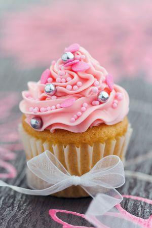 pink bow: Cupcake rosa atado con una cinta de organza Foto de archivo