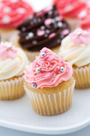 분홍색과 흰색 컵 케이크의 구색