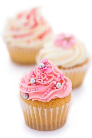 분홍색과 흰색 컵 케이크의 트리오