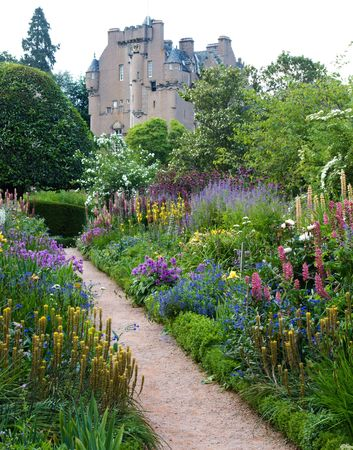 flowerbeds: Crathes Castle in Scotland