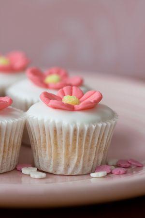t� helado: Pastelitos de flor mini  Foto de archivo