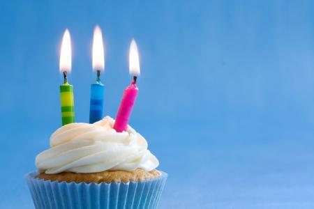 pastel de cumplea�os: Birthday cupcake Foto de archivo
