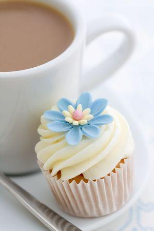 tarde de cafe: Caf� y cupcake  Foto de archivo
