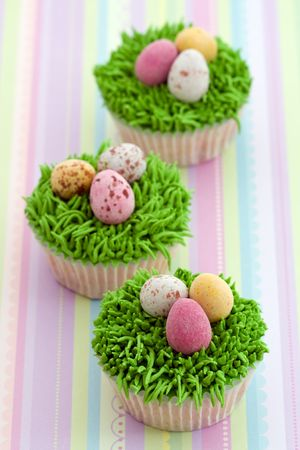 egg cup: Easter cupcakes