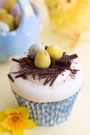 chocolate eggs: Easter cupcake