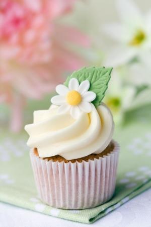 sugarcraft: Daisy cupcake