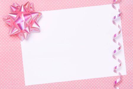 streamers: Partido en blanco invitar o etiqueta de regalo Foto de archivo
