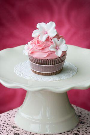 Cupcake Rosa en una crema de color cakestand