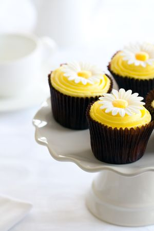 cake stand: Yellow daisy cupcakes