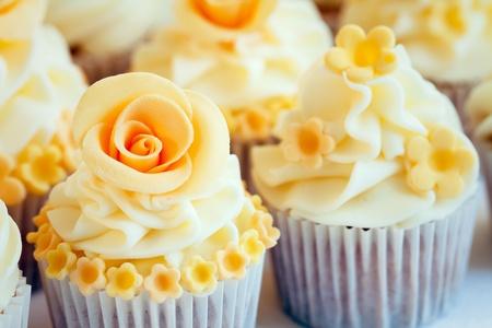 rosas amarillas: Pastelitos de bodas