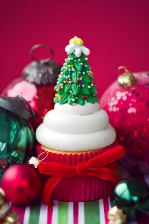 weihnachtskuchen: Cupcake mit einem Zuckergehalt von Weihnachtsbaum geschmückt