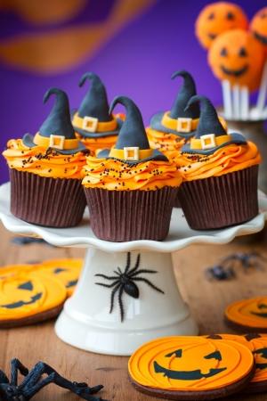 calabazas de halloween: Magdalenas de Halloween Foto de archivo
