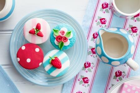 여름 테마 컵 케이크와 차 파티 스톡 콘텐츠