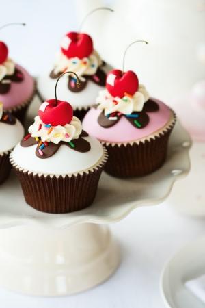 Cereza cupcakes en un soporte de la torta