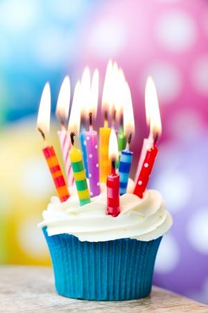 torta con candeline: Cupcake compleanno Archivio Fotografico
