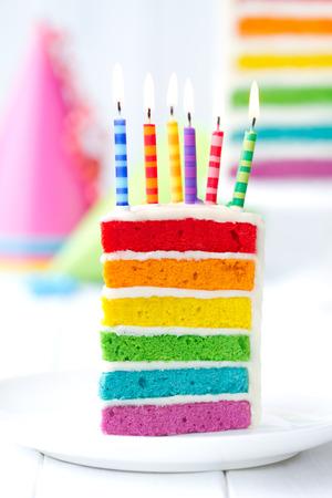 생일 촛불로 장식 무지개 케이크