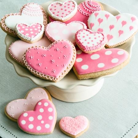 Tortenständer mit Valentine Cookies gefüllt Standard-Bild - 24858359