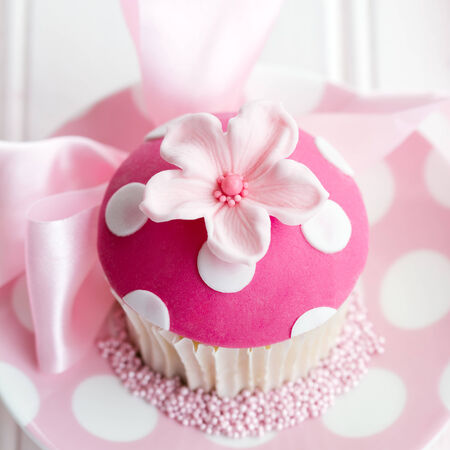 gumpaste: Cupcake decorated with a pink fondant flower