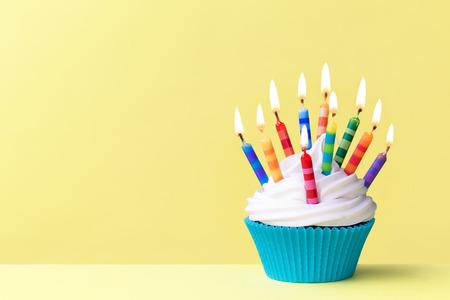 gateau anniversaire: Petit g�teau d'anniversaire Banque d'images